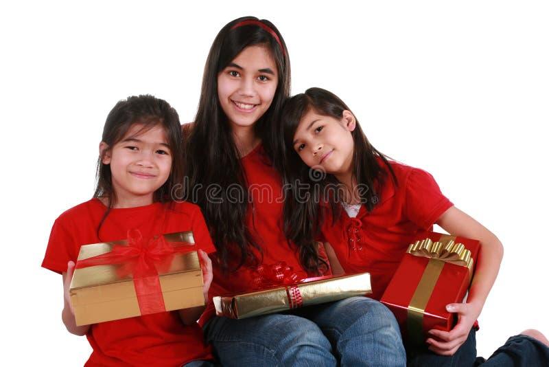 Tre sorelle che tengono i presente immagini stock libere da diritti