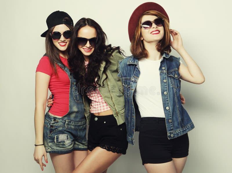 Tre stilfulla sexiga hipsterflickabästa vän royaltyfria foton