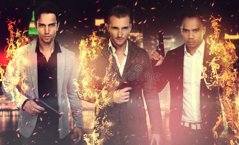 Tre stiliga män som rymmer ett vapen fotografering för bildbyråer