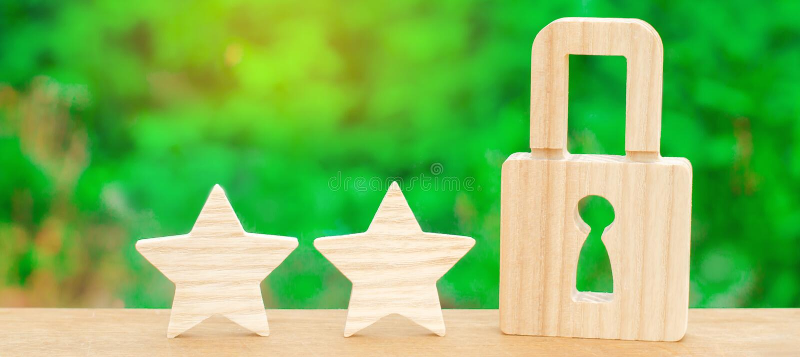 Tre stjärnor och ett lås Begreppet av högkvalitativt och skydd Befästning av resultat och prestationer Erkännande av qual arkivfoto