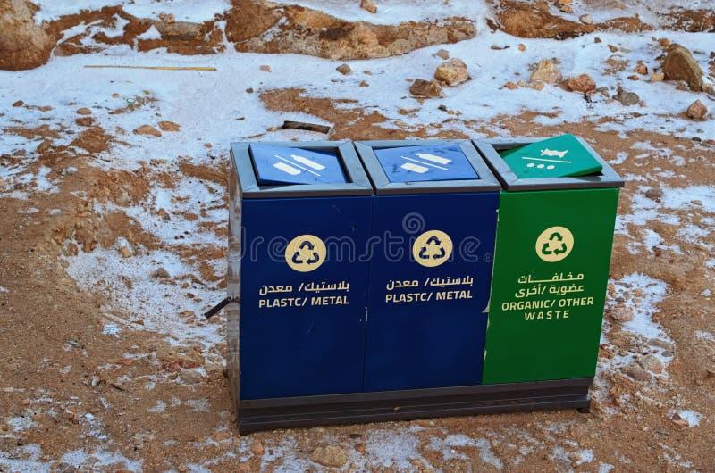 Tre stora metallbehållare för olika typer av avskräde Upptill av den Mount Sinai monteringen Horeb, Gabal Musa, Moses Mount royaltyfri fotografi