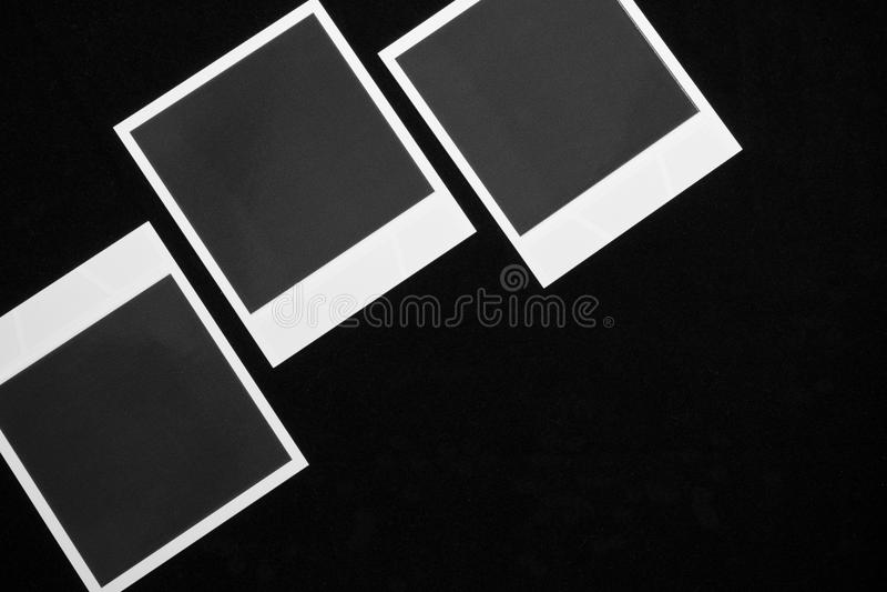 Tre strutture istantanee in bianco della foto su fondo nero con la copia spaziano la vista superiore fotografie stock