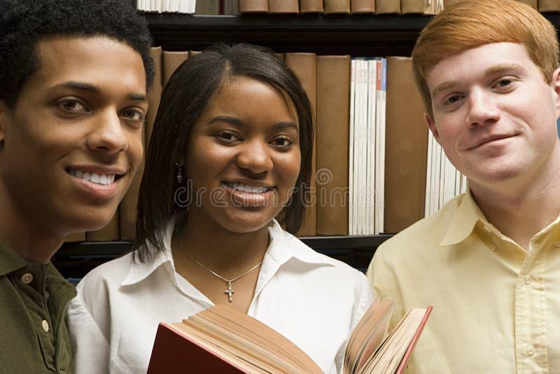 Tre studenter i arkivet royaltyfria bilder