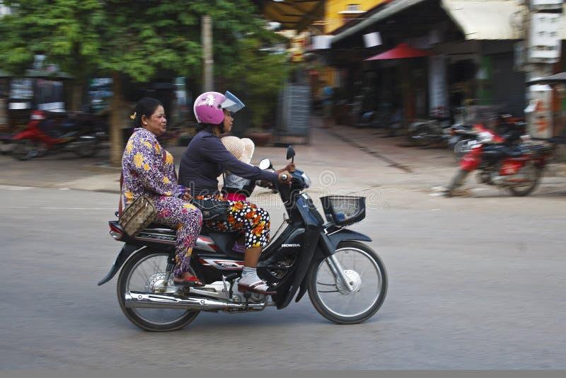 Download Tre su un motorino fotografia stock editoriale. Immagine di scooter - 30830103
