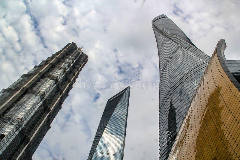 Tre supertall skyskrapor i Lujiazui, Shanghai royaltyfria bilder