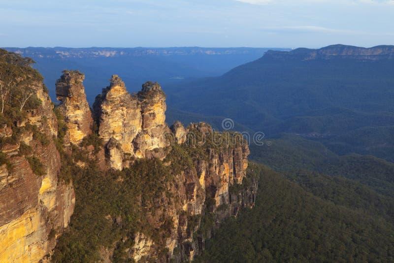 Tre systrar, blåa berg, Australien på solnedgången royaltyfria foton
