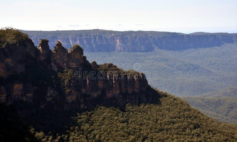 Tre systrar vaggar bildande i den bl?a bergnationalparken royaltyfri fotografi