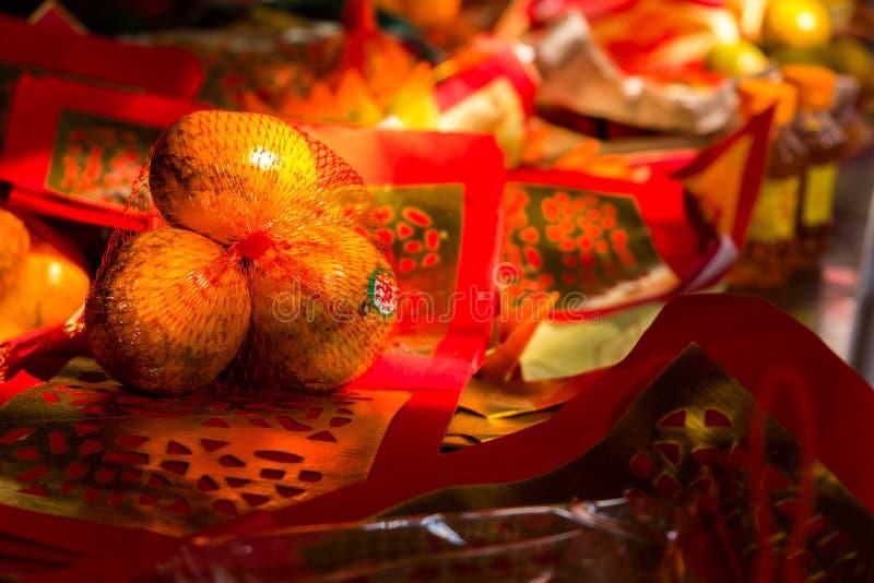 Tre tangerin med silver- och guldlegitimationshandlingar royaltyfri fotografi
