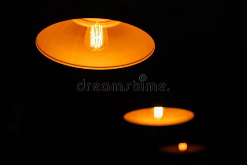 Tre tappninglampor i ett mörkt rum royaltyfri foto