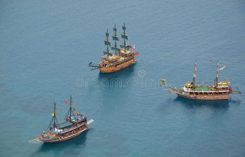 Tre tappningyachter i medelhavet, Alanya, Turkiet royaltyfria bilder