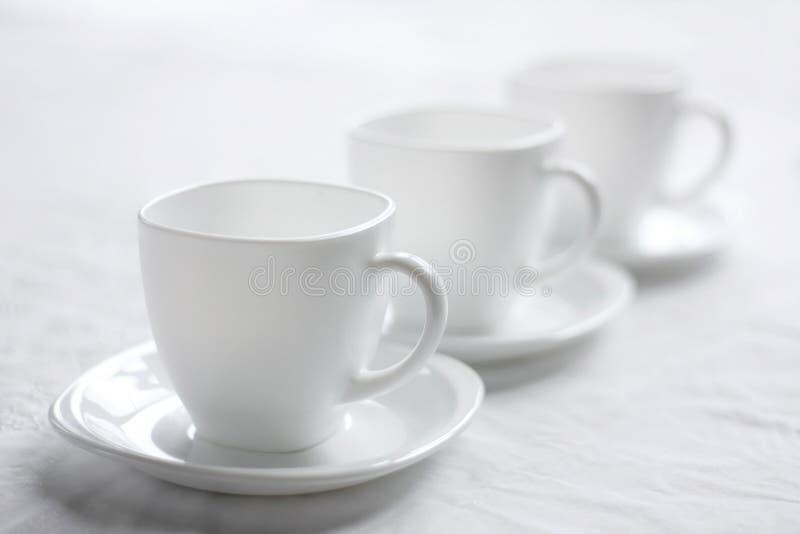 Tre tazze bianche. fotografia stock libera da diritti