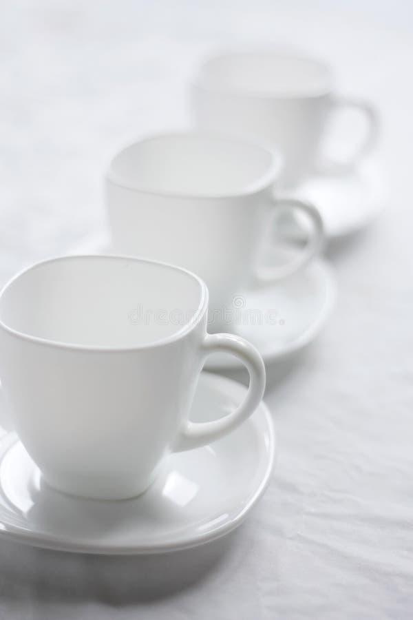 Tre tazze bianche. immagini stock