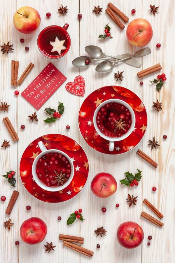 Tre tazze con la bevanda di frutta calda di Natale con le spezie e berriy fotografia stock