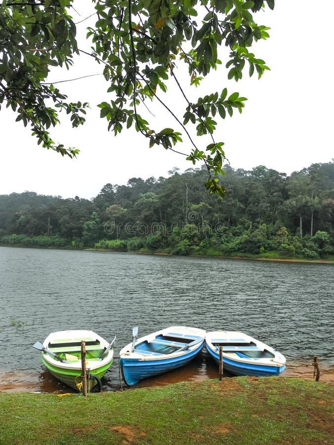 Tre tomma fartyg framme på Periyar sjön, Kerala, Indien arkivfoton