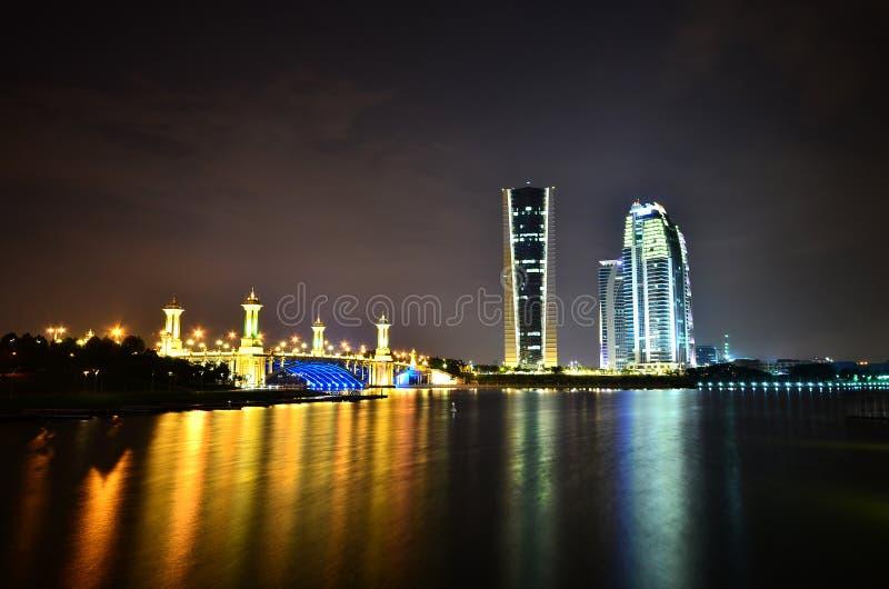 Tre torn en bro i natten arkivfoton