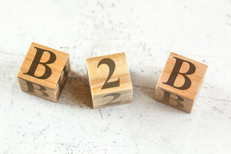 Tre tr?kuber med bokst?ver B2B - st?llningar f?r aff?r till aff?ren - p? det vita br?det royaltyfri bild