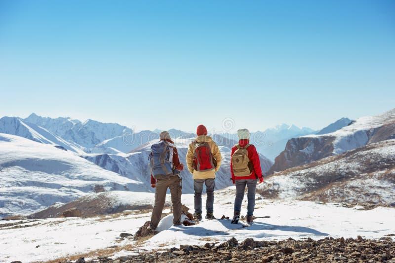 Tre turistställningar på bergpasserande royaltyfria foton