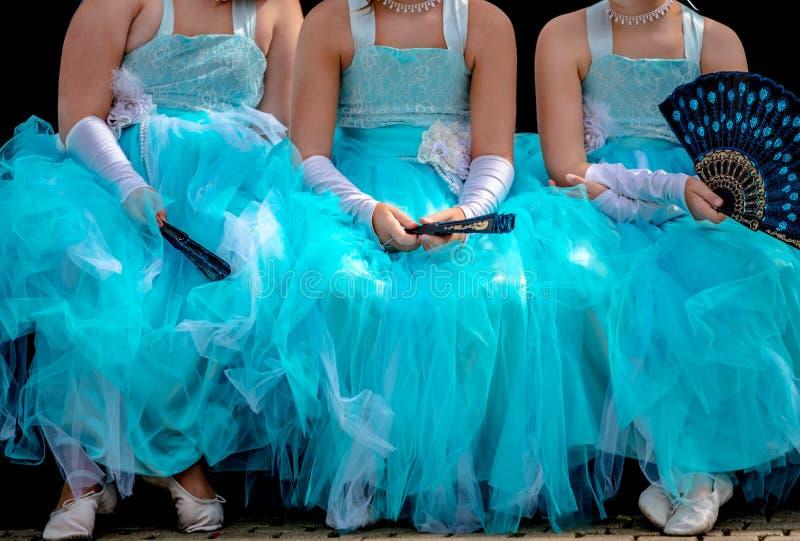 Tre unga ballerina i turquiseballerinakjolklänningar royaltyfria bilder