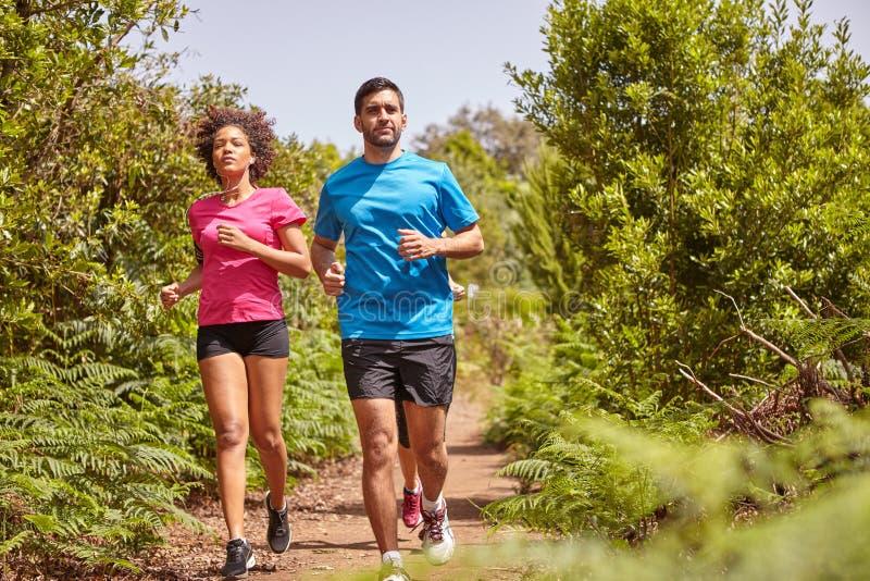 Tre unga joggers ut för en körning arkivfoton