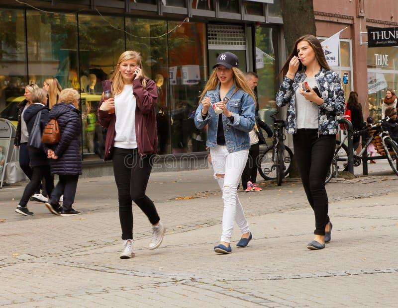 tre unga kvinnor royaltyfria foton