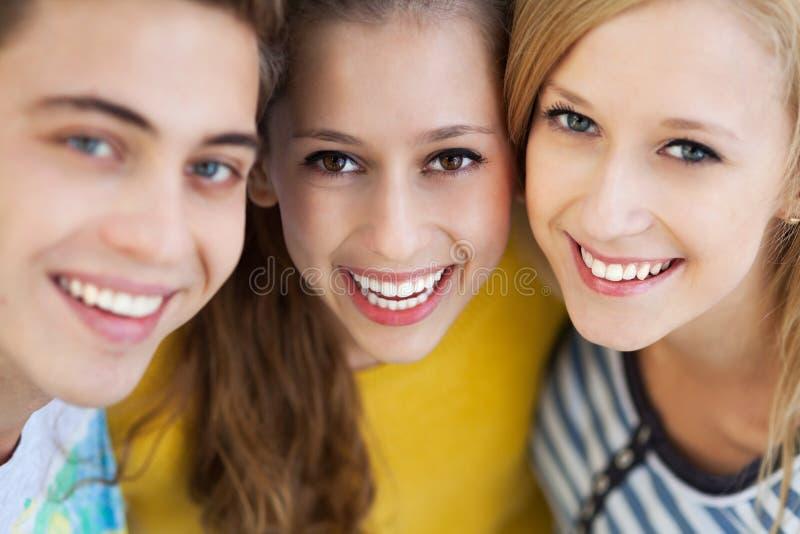 Tre unga vänner royaltyfria foton