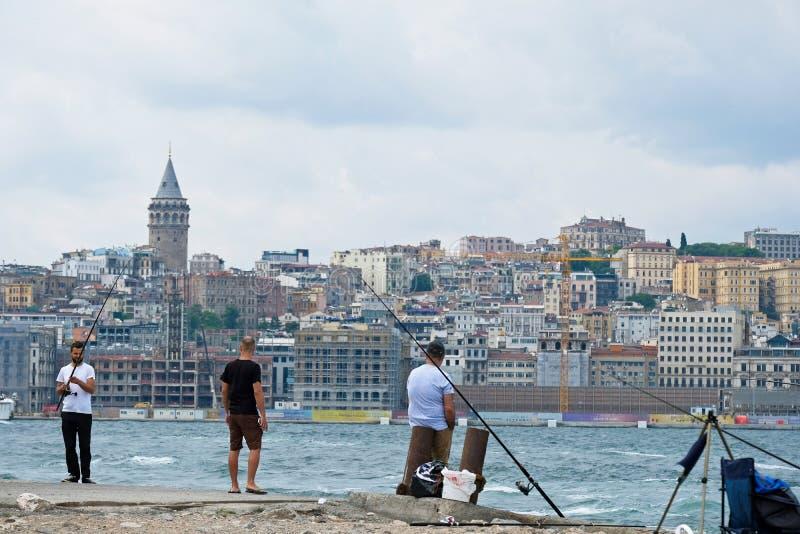 Tre uomini che pescano il Bosphorus a Costantinopoli immagini stock libere da diritti