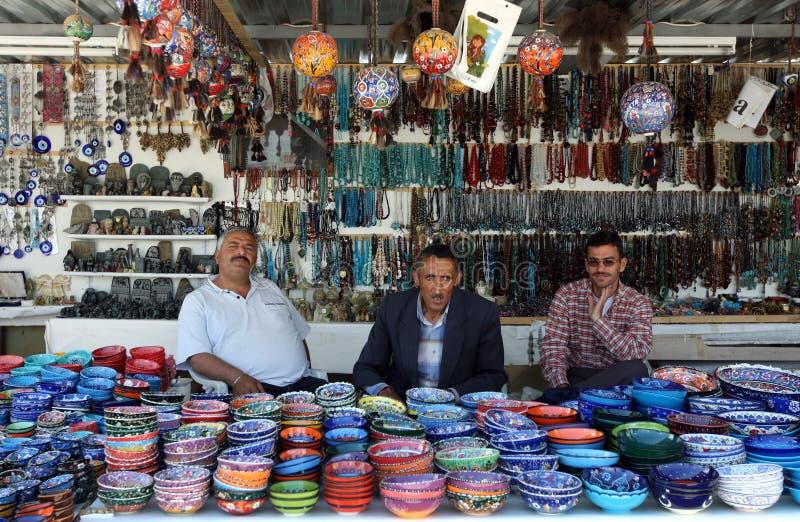 Tre uomini seduti in una bancarella di souvenir a Pasabagi fotografie stock libere da diritti