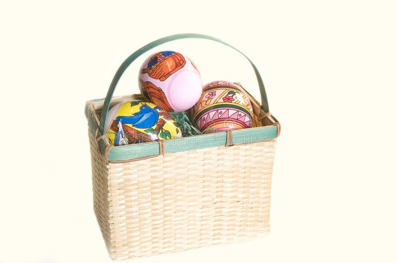 Tre Uova Di Pasqua In Un Cestino Fotografia Stock