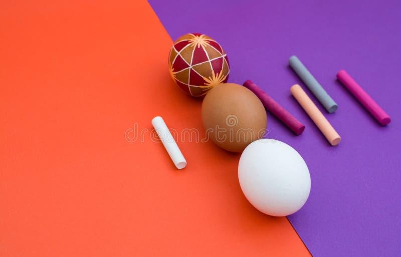 Tre uova sul fondo di colore fotografia stock libera da diritti