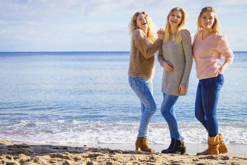 Tre utomhus- trendiga modeller royaltyfri bild