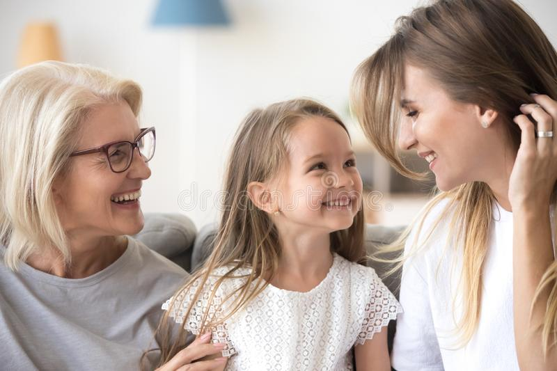 Tre utvecklingar av kvinnor har gyckel hemma tillsammans arkivfoton