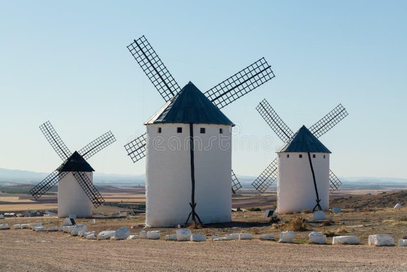 Tre väderkvarnar på Campo de Criptana La Mancha, Spanien arkivbild