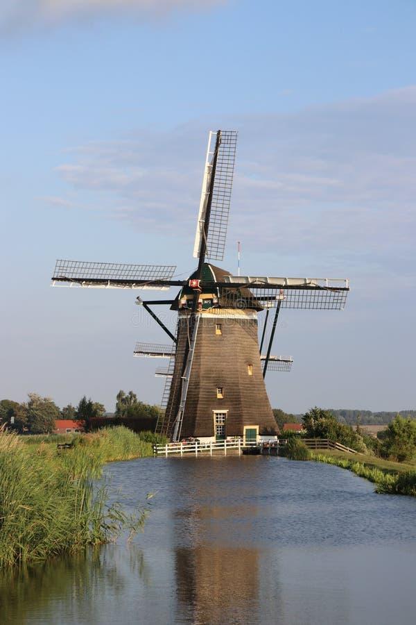 Tre väderkvarnar på en rad som håller Driemanpolderen, torkar i Stompwijk, Leidschendam Nederländerna royaltyfri fotografi