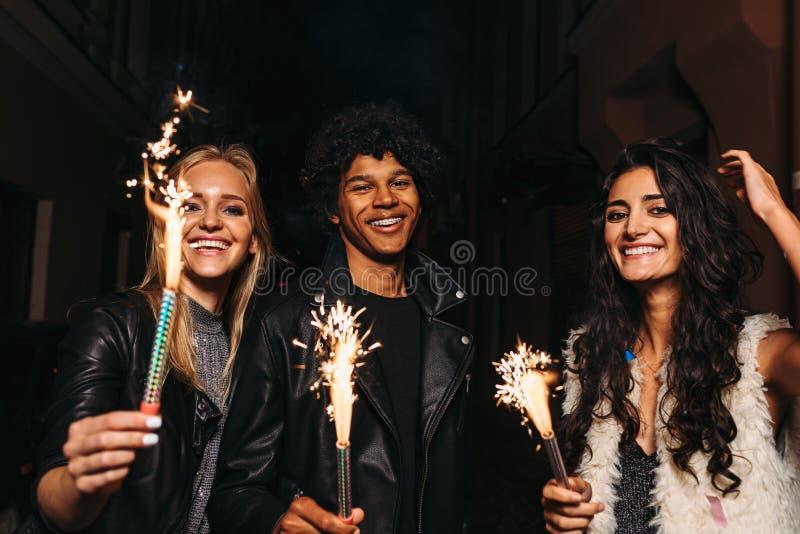 Tre vänner på natten royaltyfria bilder