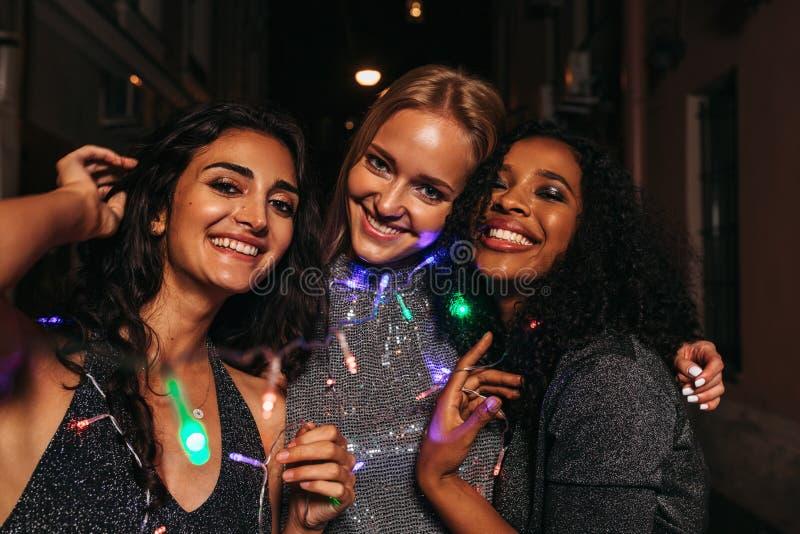 Tre vänner som firar nytt år arkivfoto