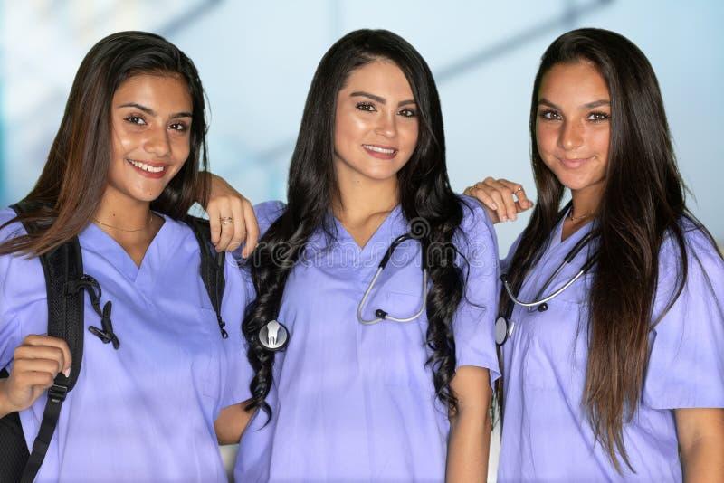Tre vårda studenter royaltyfri fotografi