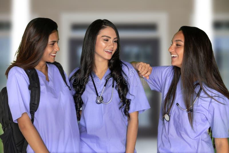 Tre vårda studenter arkivbilder
