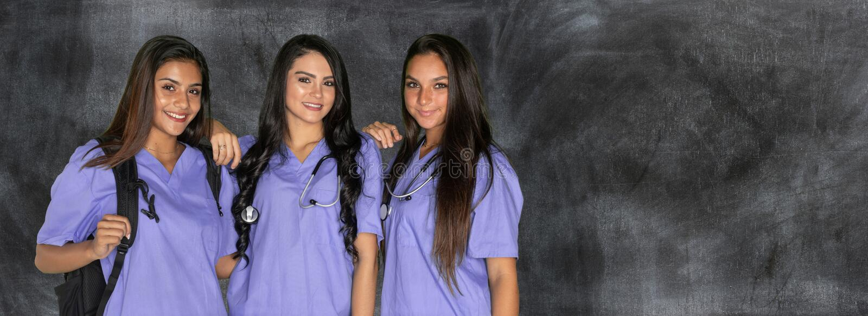 Tre vårda studenter fotografering för bildbyråer