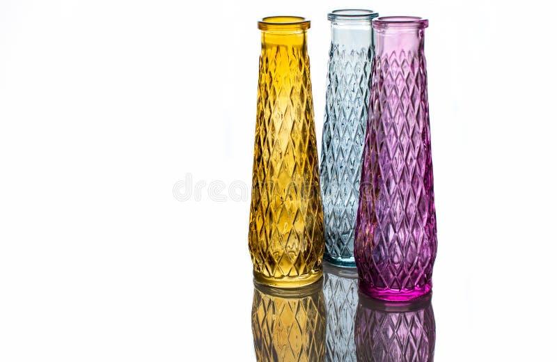 Tre vasi di vetro colorato con un modello fotografie stock libere da diritti