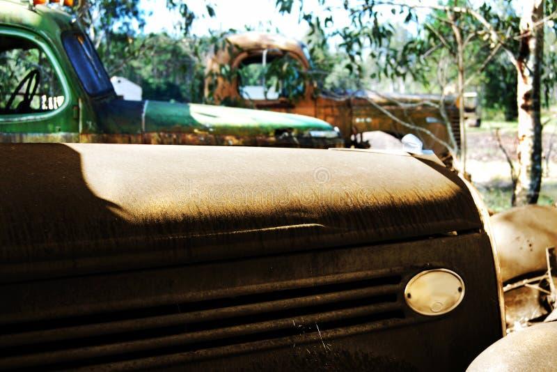 La vecchia automobile arrugginita della retro annata & prende i camion immagine stock libera da diritti