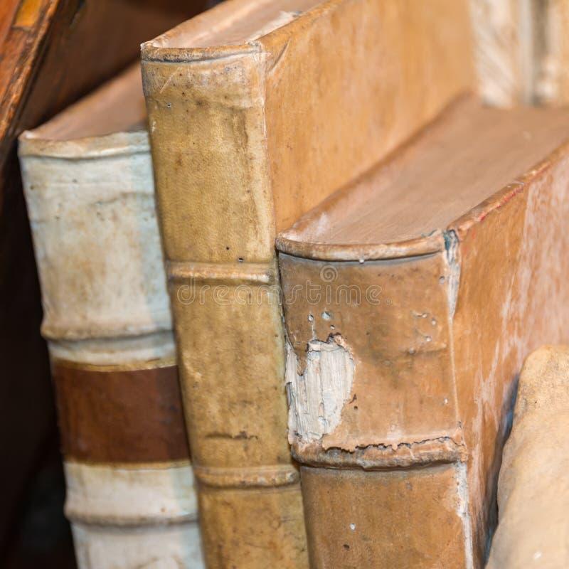 Tre vecchi libri antichi fotografia stock libera da diritti