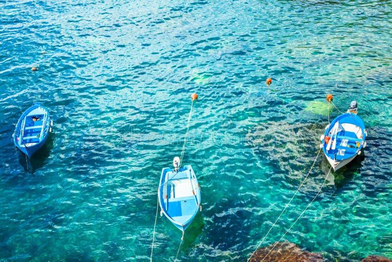 Tre vecchi pescherecci nelle acque del turchese immagine stock