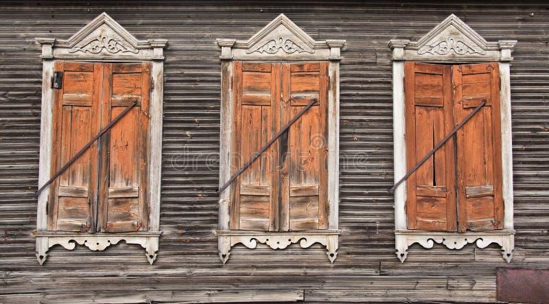 Tre vecchie finestre di legno sbiadette fotografie stock for Finestre di legno