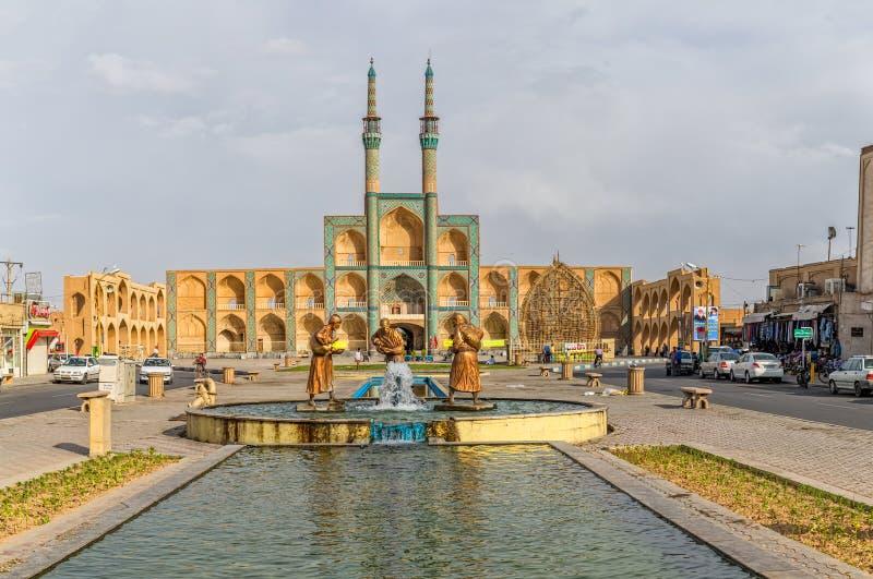 Tre vecchie statue dei viaggiatori in Yazd fotografia stock