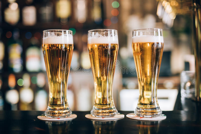 Tre vetri con le birre in un pub immagine stock