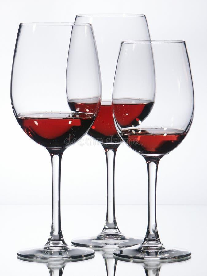 Tre vetri di vino con vino rosso fotografie stock
