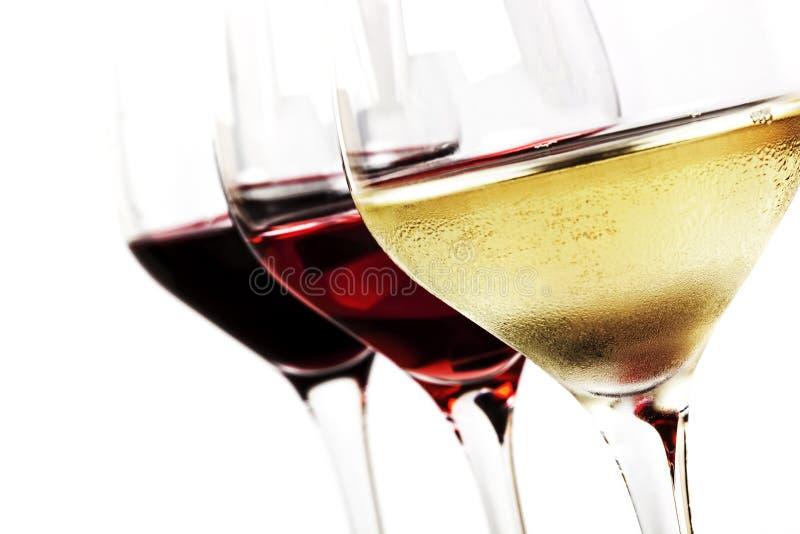 Vetri di vino sopra bianco immagini stock libere da diritti