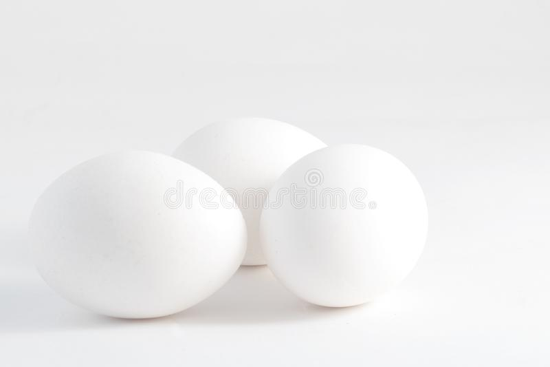 Tre vita ägg som isoleras på vit bakgrund fotografering för bildbyråer