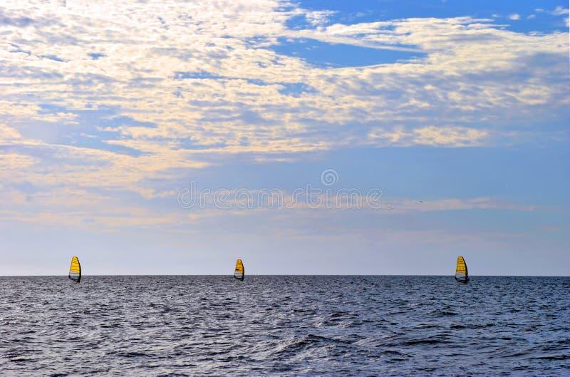 Tre windsurfers nel golfo del Messico immagini stock libere da diritti