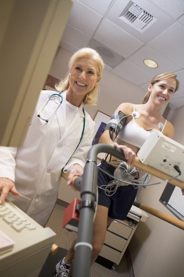 treadmill för tålmodig för doktorskvinnligkontroll arkivfoton